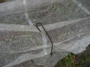 Прижатие сетки к земле при помощи шпильки