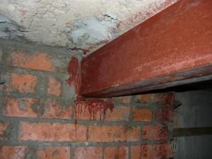 Место заделки металлических балок в кирпичную тумбу
