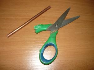 Сломанные ножницы и кусок медного провода