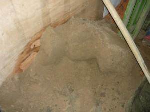 Запас просеянного речного песка для строительства перегородки