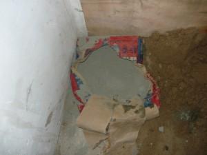Разорванный мешок с цементом, используемый для строительства