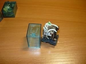 Реле со снятой прозрачной крышкой