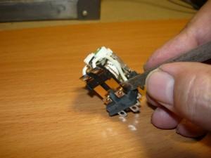 Чистка контактов реле при помощи пилки для ногтей