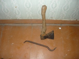 Инструменты для вскрытия пола: гвоздодер и топор