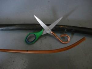 Ножницы и кусок медного кабеля