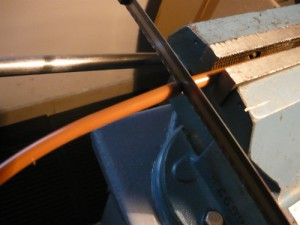 Отпиливание провода ножевкой