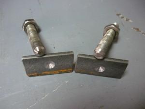 Вид на обточенные концы шпилек с металлическими накладкамми