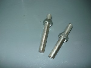 Шпильки М10, обточенные с двух сторон для фиксации в отверстиях корпуса струбцины