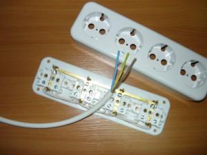 Подготовленные провода к монтажу на розетку