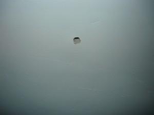 Просверленное отверстие в потолке диаметром 8 мм