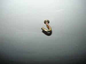 Закрученный анкерный крючок в отверстие потолка