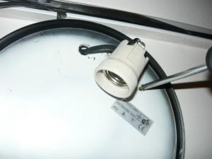 Завинчивание дюбель - гвоздей для крепления светильника