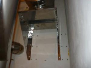 Вид изнутри на кронштейн для установки основания трубы