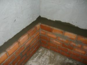 Вид на заливку пространства между подиумом и стеной с другой стороны