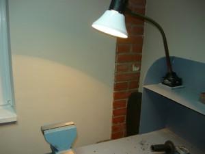 Вид на освещение новым светильником рабочего места с тисками