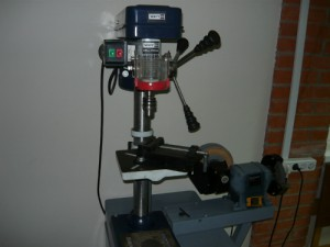 Сверлильный станок и точило, между которыми решено установить светильник