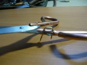 Начало крепления медного стержня к ножницам