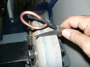 Заточка ножниц на наждачном круге для заточки ножей