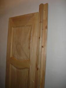 Новый блок деревянной двери с разобранной коробкой