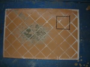 Разметка квадратного отверстия с обратной стороны плитки