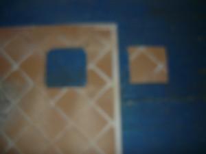 Полученное квадратное отверстие на плитке