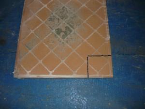 Разметка отреза части плитки с угла