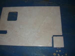 Отрезанная часть плитки с угла