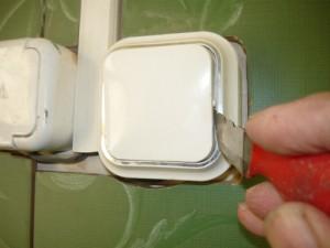 Снятие при помощи ножа клавиши выключателя