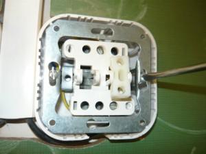 Ослабление крепления металлической обоймы выключателя: