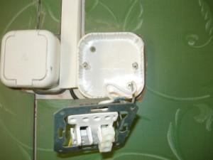 Снятая металлическая панель с корпуса выключателя
