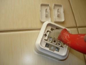 Открывание при помощи ножа замков рабочей панели выключателя