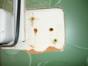 Просверленные отверстия в стене для крепления выключателя