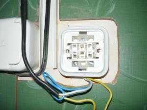 Фиксация корпуса выключателя на замках