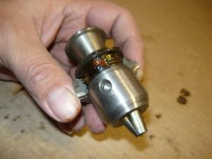 Установка нижней части обоймы на резьбу конусов