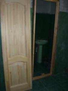 Дверь и собранная дверная коробка