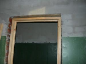Выставка дверной коробки в дверном проеме