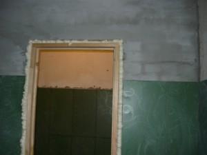 Запениная по периметру дверная коробка