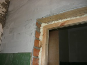 Верхняя часть установленной дверной коробки изнутри