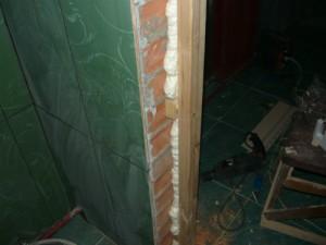 Нижняя часть установленной дверной коробки изнутри