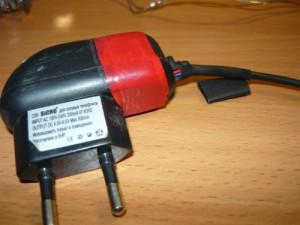 Выход проводов из зарядного устройства