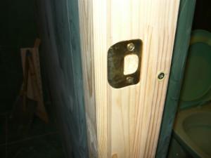 Вид на накладку ответной части замка с выдосбленной древесиной