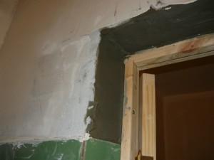 Замазка косяка цементным раствором слева