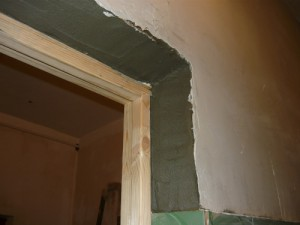 Замазка косяка цементным раствором справа