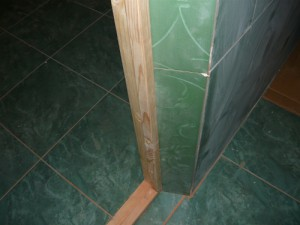 Обклеенный плиткой косяк справа