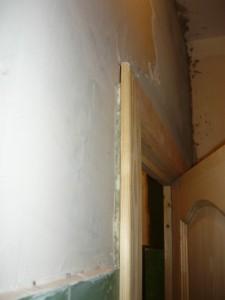 Вид на зазор между косяком и стеной слева
