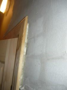 Вид на зазор между косяком и стеной справа