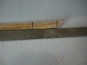 Примерка металлической полосы для стыковки струбцин