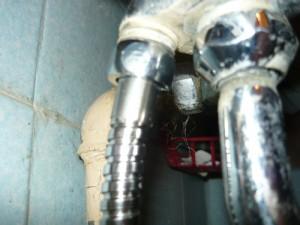 Подсоединение шланга снизу к смесителю
