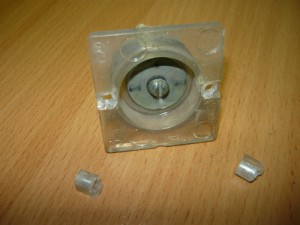 Крышка кнопки с отвалившимися гнездами крепления