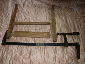 Подготовка струбцины к склеиванию передней части стула